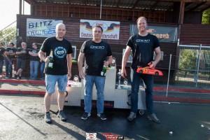 Nach der Sektdusche die ersten drei Fahrer der Klasse VG10S, von links_ Florian Düppe (2), Bernd Hasselbring (1) und Lars Podurski (3)