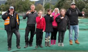Stolz präsentieren die Finalisten im Fun Cup ihre Medaillen.