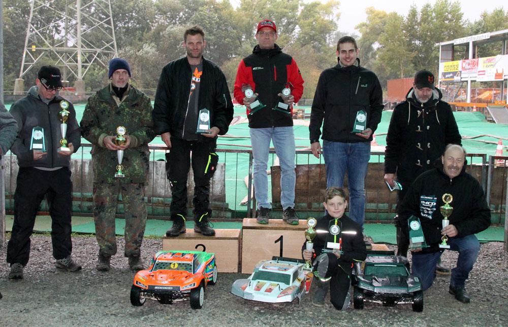 Siegerehrung Short Course Truck 4 WD. Auf dem Podium (von links): Jan Scheurer (Platz 2), Heiko Bader (Platz 1) und Daniel Schoellig (Platz 3).